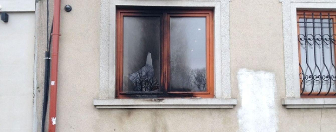 Провокація в Ужгороді: невідомі за допомогою коктейлю Молотова хотіли підпалити дім Закарпатського союзу угорців