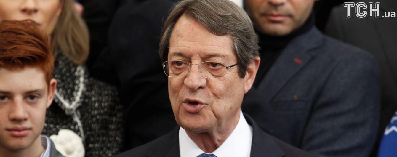Порошенко привітав президента Кіпру з переобранням на другий термін