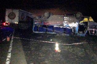 Очевидці великої ДТП під Херсоном розповіли, як фура перекинула автобус