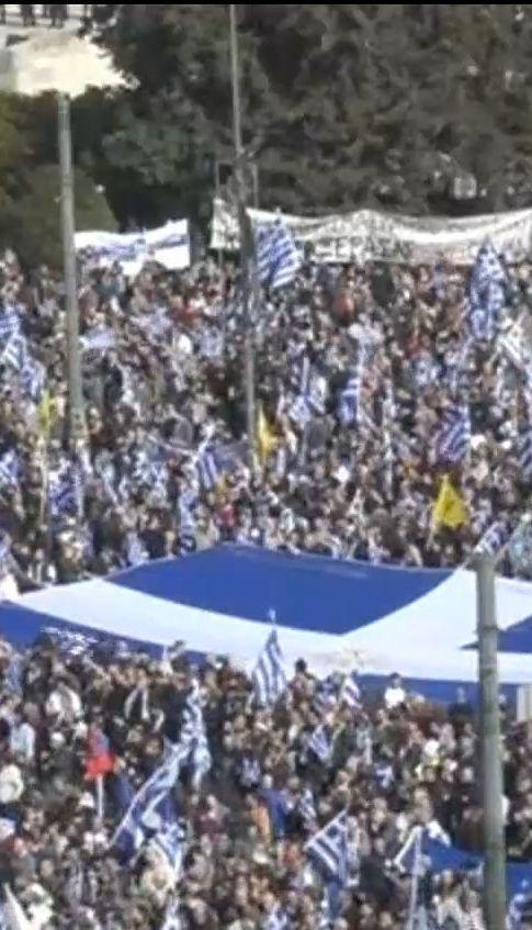 У Греції люди влаштували масові протести через Македонію