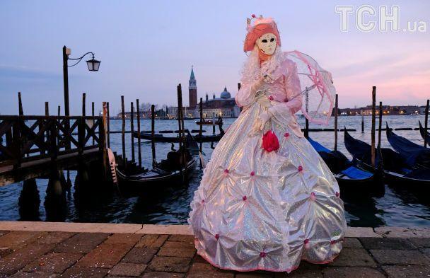 Шикарні вбрання та золоті маски. У Венеції офіційно стартував карнавал