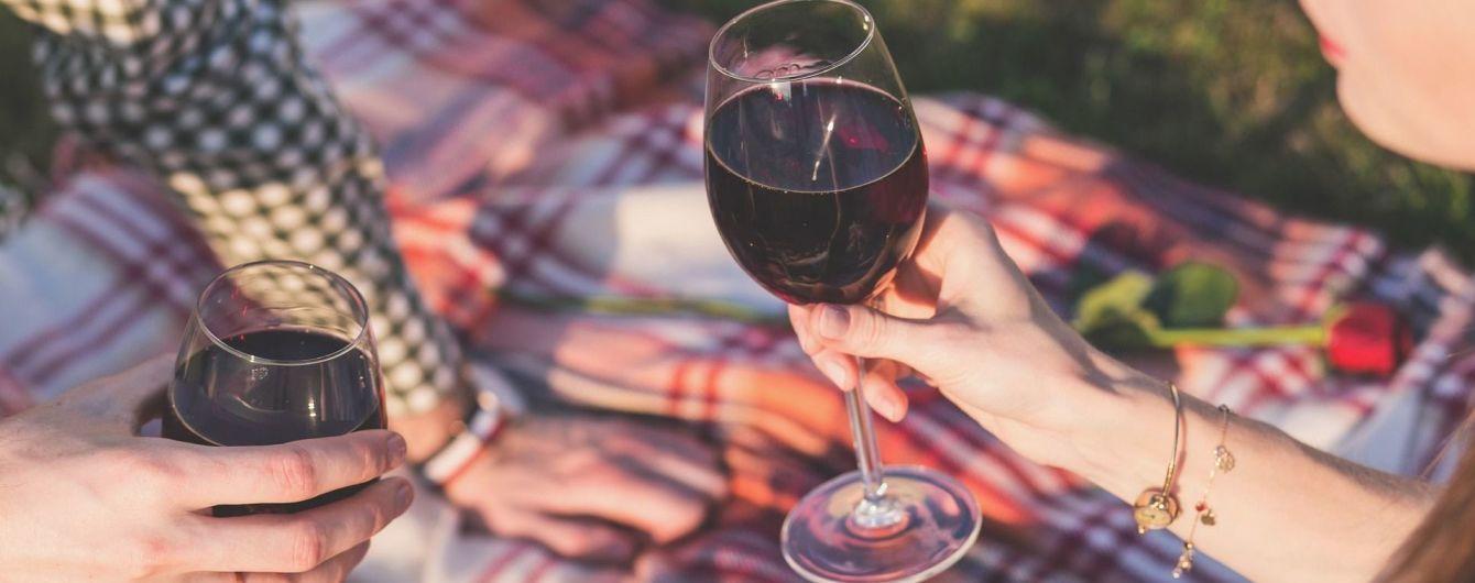 Ученые доказали, что красное вино и черный шоколад способны сохранить молодость