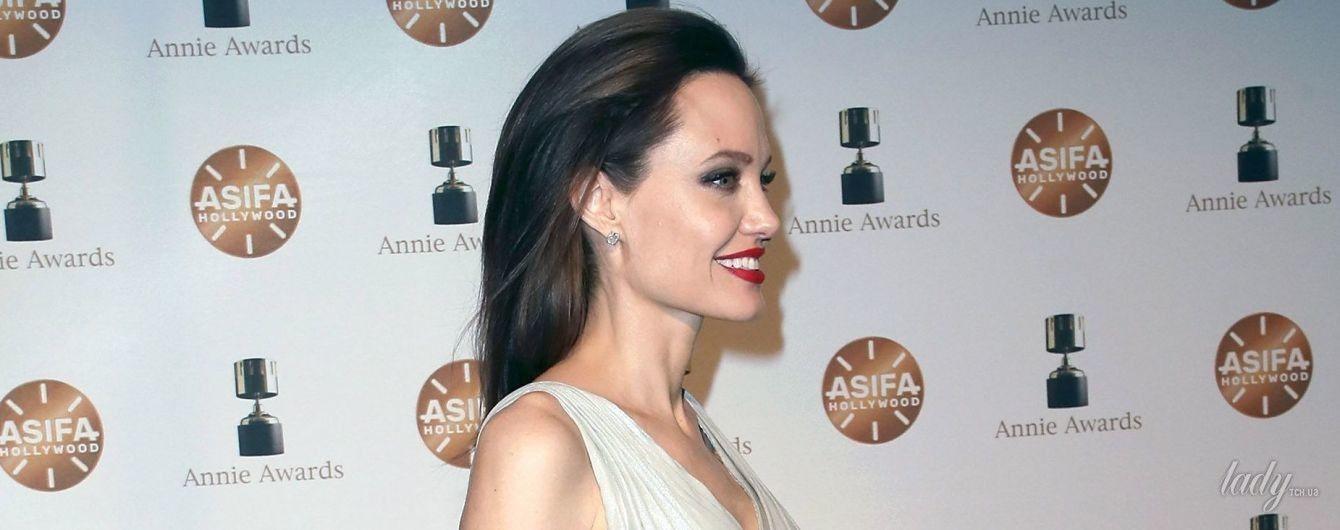 В платье с высоким разрезом: смелая Джоли вышла на красную дорожку в новом образе