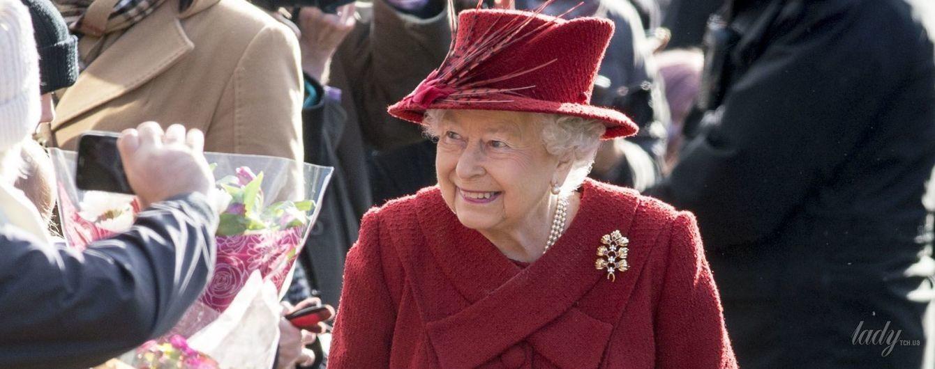 Как всегда, эффектна: 91-летняя королева Елизавета II предстала на публике в новом наряде