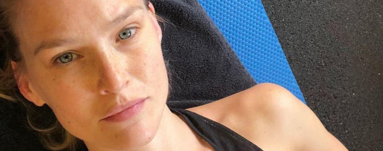 Без макияжа и в спортивном топе: Бар Рафаэли трудится в спортзале
