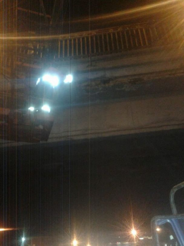 """Куски бетона под Воздухофлотским мостом в """"Киевавтодоре"""" назвали """"плановыми работами"""""""