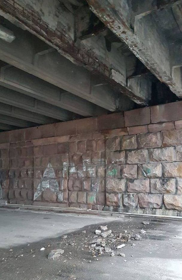 """Шматки бетону під Повітрофлотським мостом у """"Київавтодорі"""" назвали """"плановими роботами"""""""