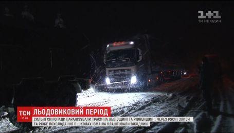 Рятувальники борються із наслідками потужних снігопадів на Львівщині та Рівненщині