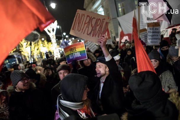 """У Польщі пліч-о-пліч мітингували прихильники і противники """"антибандерівського закону"""""""