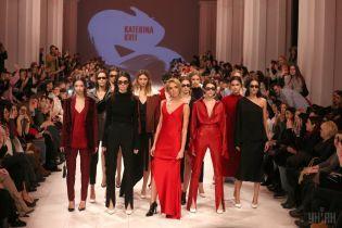 Чорний колір, шовкові сукні: на Українському тижні моди показали головні тенденції наступного сезону