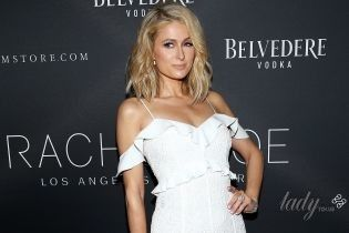 Как невеста: Пэрис Хилтон в красивом белоснежном платье пришла на модный показ