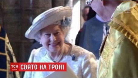 Королева Елизавета II отмечает годовщину восшествия на престол