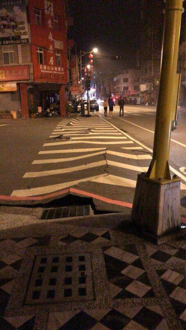 """Під час потужного землетрусу на Тайвані похилилися й """"застигли"""" багатоповерхівки"""