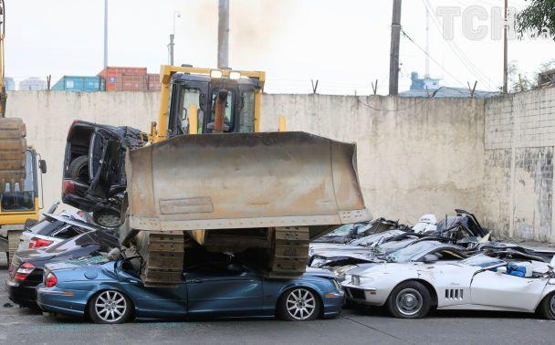 На Филиппинах уничтожили десятки контрабандных роскошных автомобилей