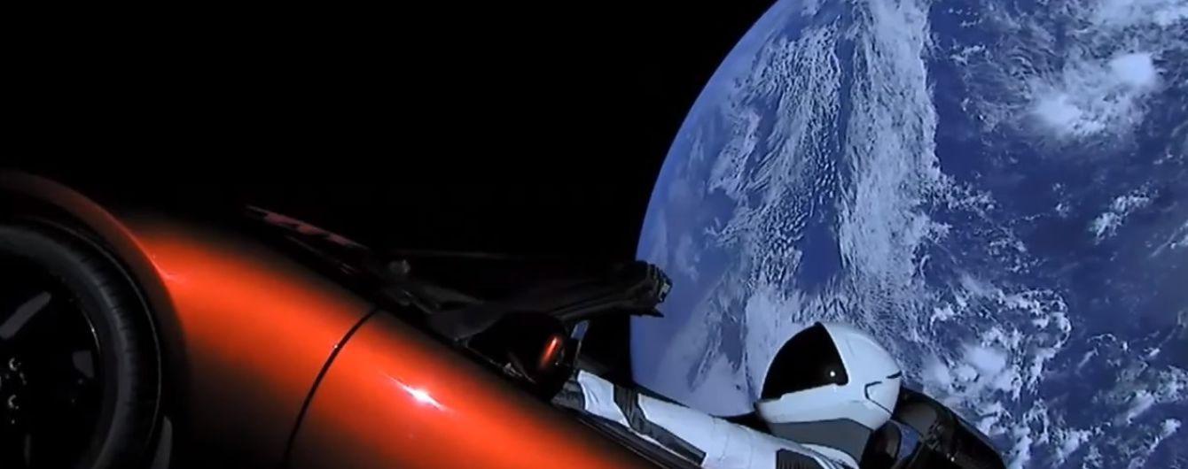 Tesla курсирует за пределами орбиты Земли