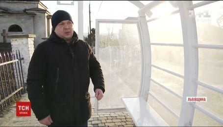 """На Львівщині зупинку міського транспорту поставили """"спиною"""" до дороги"""