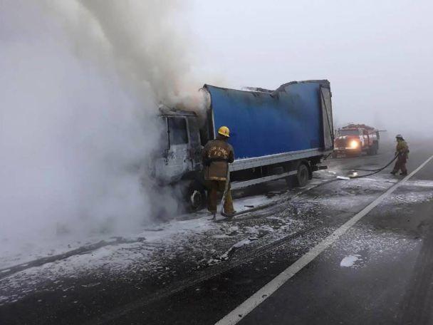 В Запорожье посреди трассы загорелся грузовик