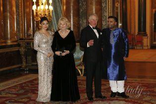 В бархатном платье и с глубоким декольте: 70-летняя герцогиня Корнуольская на приеме в Букингемском дворце