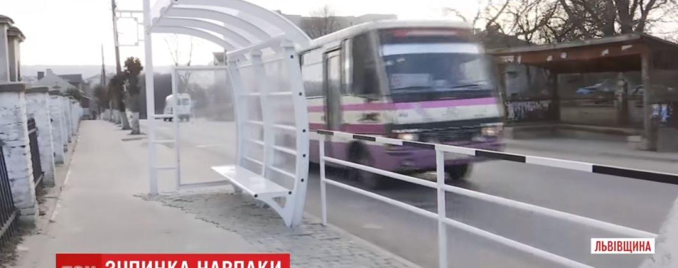 Зупинка задом наперед. На Львівщині пасажири очікують на автобус, дивлячись на кладовище