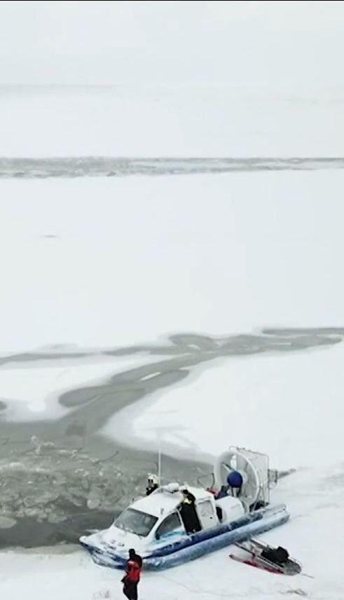 Микроавтобус с пассажирами провалился под лед в море в Эстонии, есть погибшие