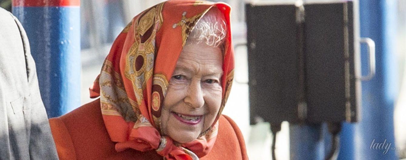 В ярком пальто и платке вместо шляпы: королева Елизавета II в объективах папарацци
