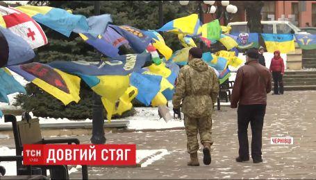 Военные волонтеры привезли экспозицию с боевых флагов в Черновцы