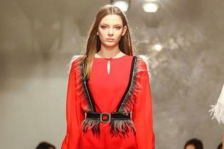 Мини-платья, перья и акцент на женственности в коллекции Анастасии Ивановой