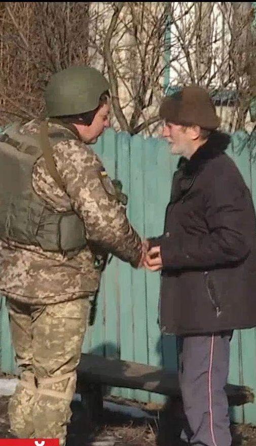 Попри звільнення Катеринівки від бойовиків, вояки продовжують захищати селян від обстрілів