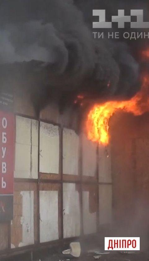 У середмісті Дніпра сталася масштабна пожежа через кіоск із шаурмою