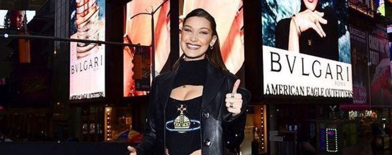 Белла Хадид прогулялась по Нью-Йорку в топе с пикантным декольте за 3900 долларов