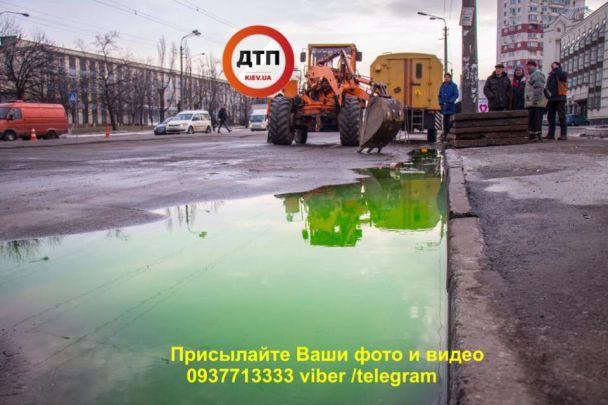 У Києві прорвало тепломережу, внаслідок чого вулицею текли ріки зеленого окропу