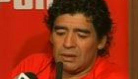Чавес на грудях у Марадони