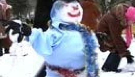 Парад світлих сніговиків