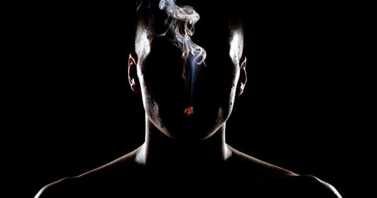 небольшом фото человека без лица в темноте новые