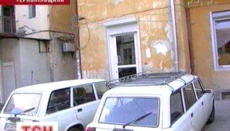 Залишене авто під під'їздом неможливо вберегти від крадіїв