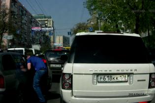 Российский Range Rover был заснят во время беспредела в Киеве