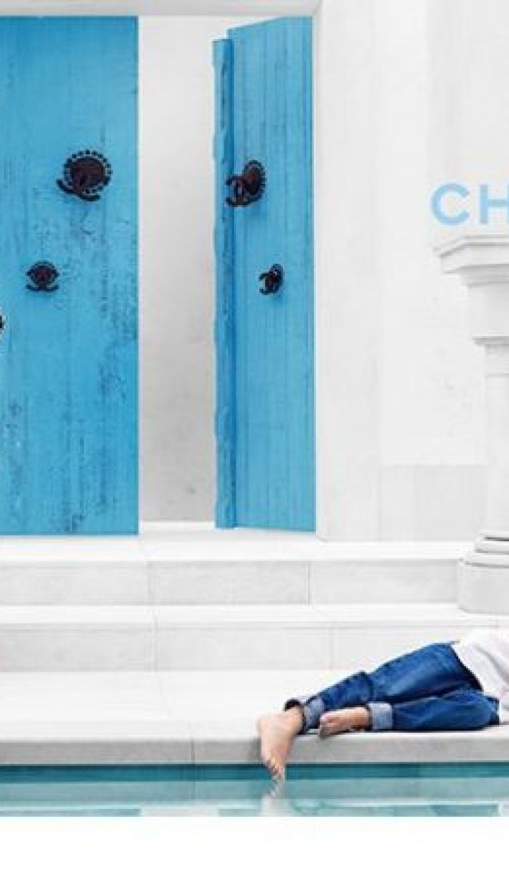 Джоан Смоллс в лукбуке круизной коллекции Chanel