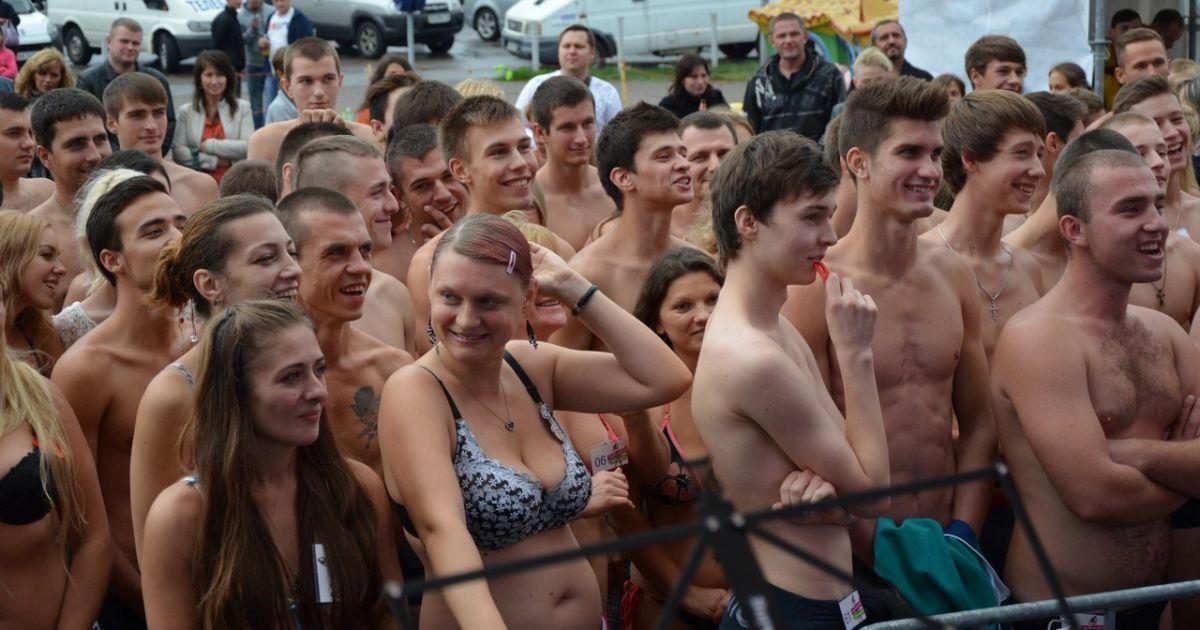 толпа мужиков жарит оксану