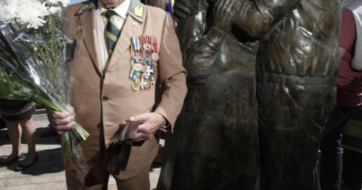 """У Києві відкрили пам'ятник любові і вірності """"Луїджі і Мокрина"""" @ УНІАН"""