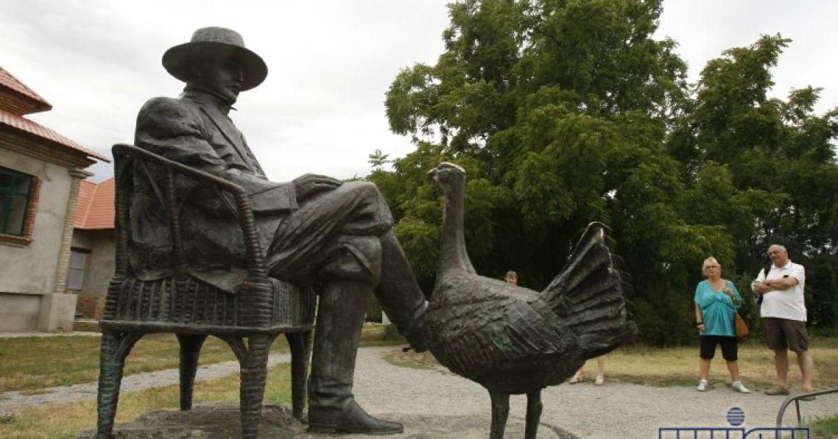 Памятник Фридриху Фальц-Фейну расположен на территории заповедника @ УНІАН