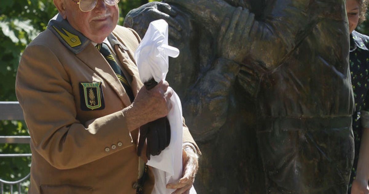 """У Києві відкрили пам'ятник любові і вірності """"Луїджі і Мокрина"""" @ Фото EPA/UPG"""