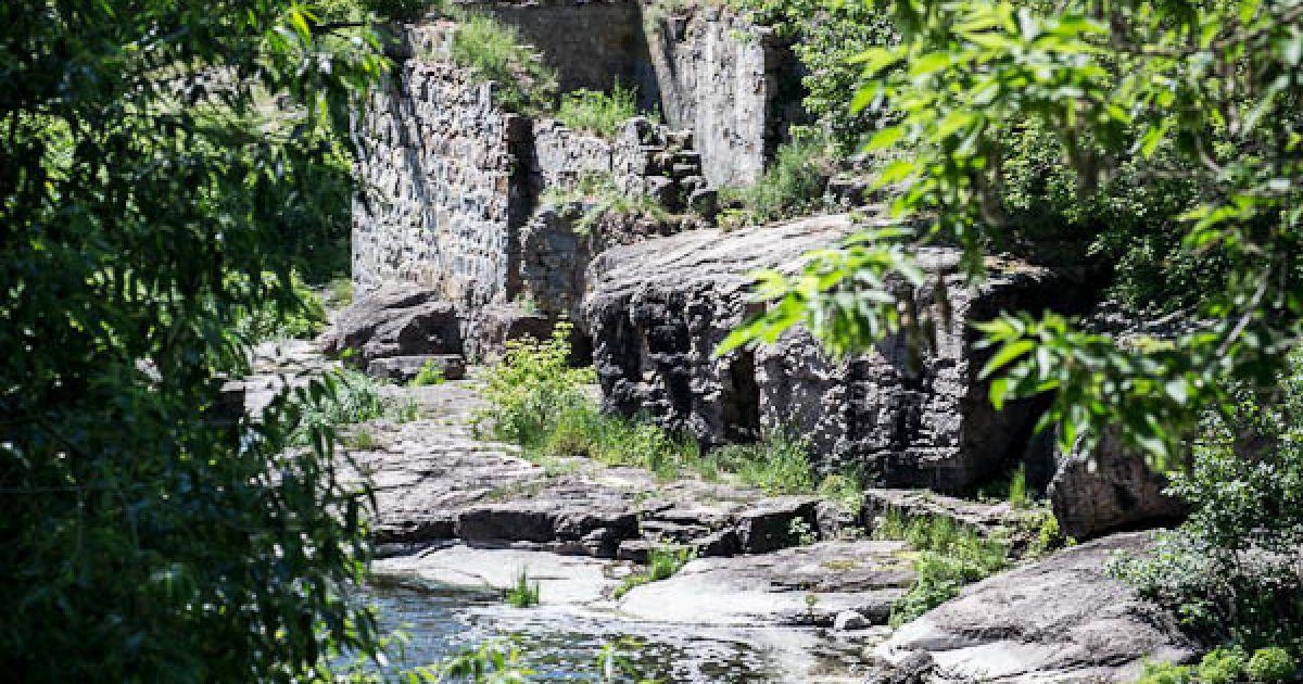 Над річкою стоять руїни старого млина XIX століття @ Взгляд.