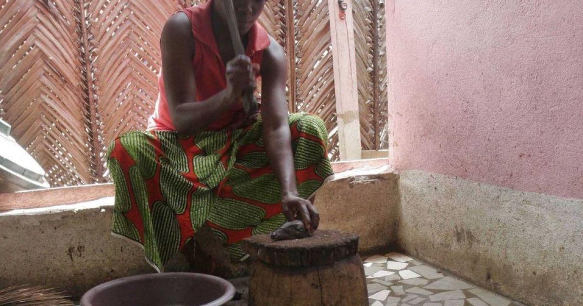 Ця жінка ріже запечену кішку в службовому приміщенні ресторану в Кот-д'Івуар. М'ясо кішок - традиційна їжа для більшої частини Африки та Азії. @ bigpicture.ru