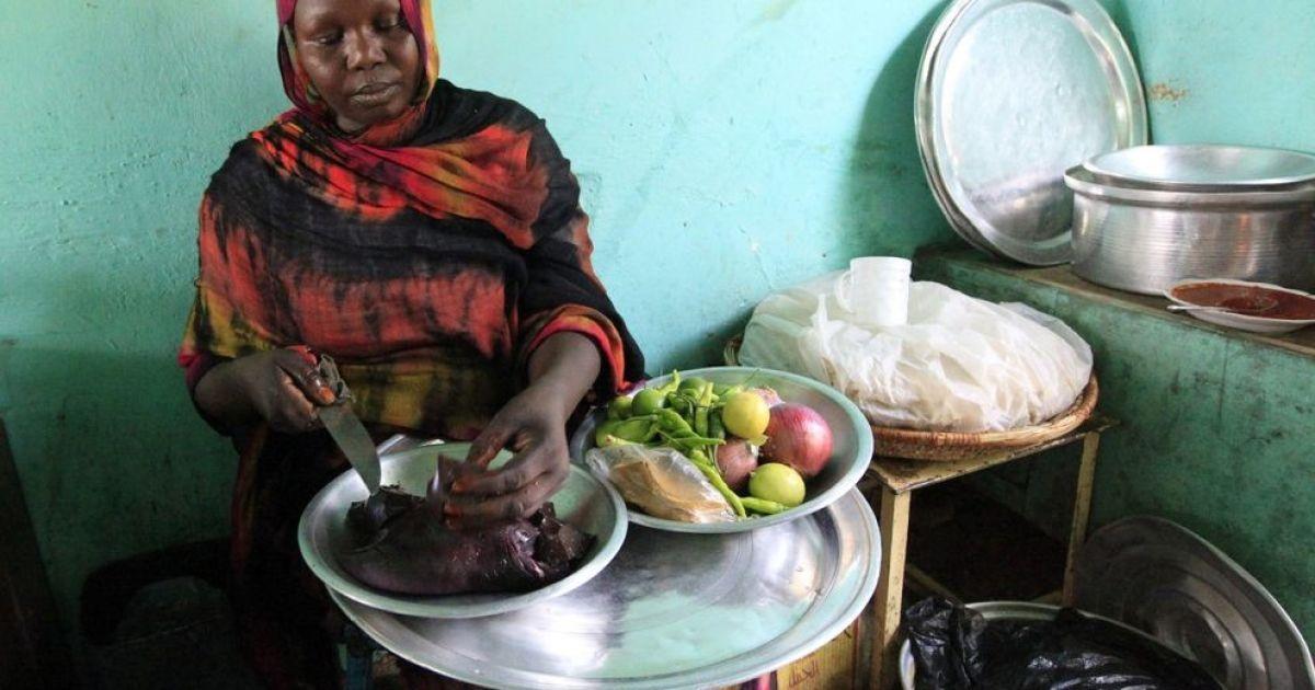 Жінка з Судану готує страву з печінки верблюда. @ bigpicture.ru