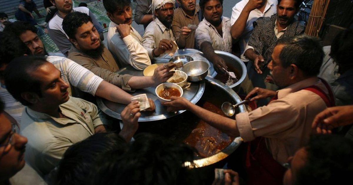 У Лахорі (Пакистан) на сніданок їдять страву під назвою «сири пайя», приготовану з голів і ніг козла. @ bigpicture.ru
