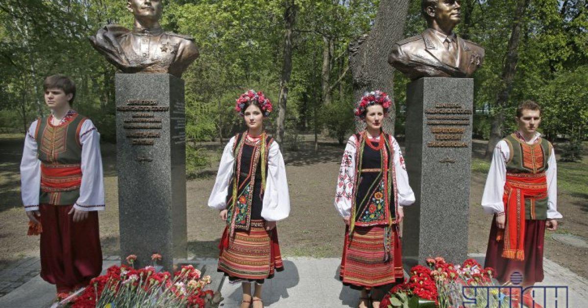 Азаров открыл памятники героям СССР @ УНИАН