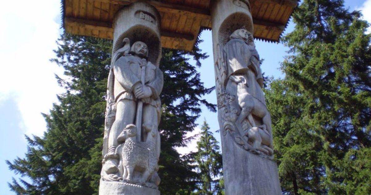 Вырезанные фигуры Сини и Вира стоят на берегу озера @ vasily-sergeev.livejournal.com