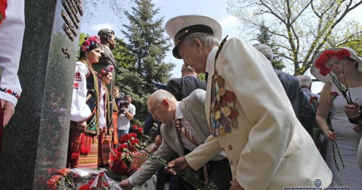 В Киеве установили памятники героям СССР @ УНІАН