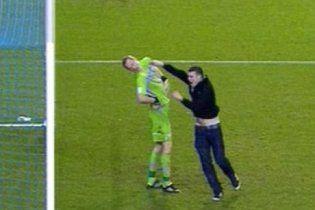 Футболисты против фанатов: жестокие стычки во время матчей (видео)
