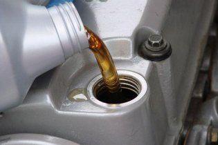 Водителям рассказали, чем грозит малое количество масла в двигателе